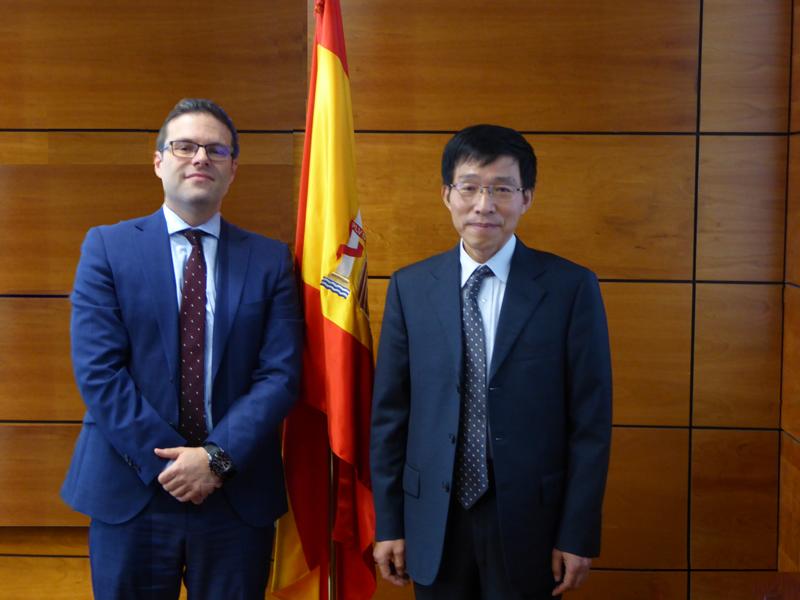 D. Liu Jinyun (Comisionado de la Dirección General de Asuntos Generales de Ministerio de Finanzas de la República Popular China) y  D. Juan Espinosa García (Director General de la DGOJ)